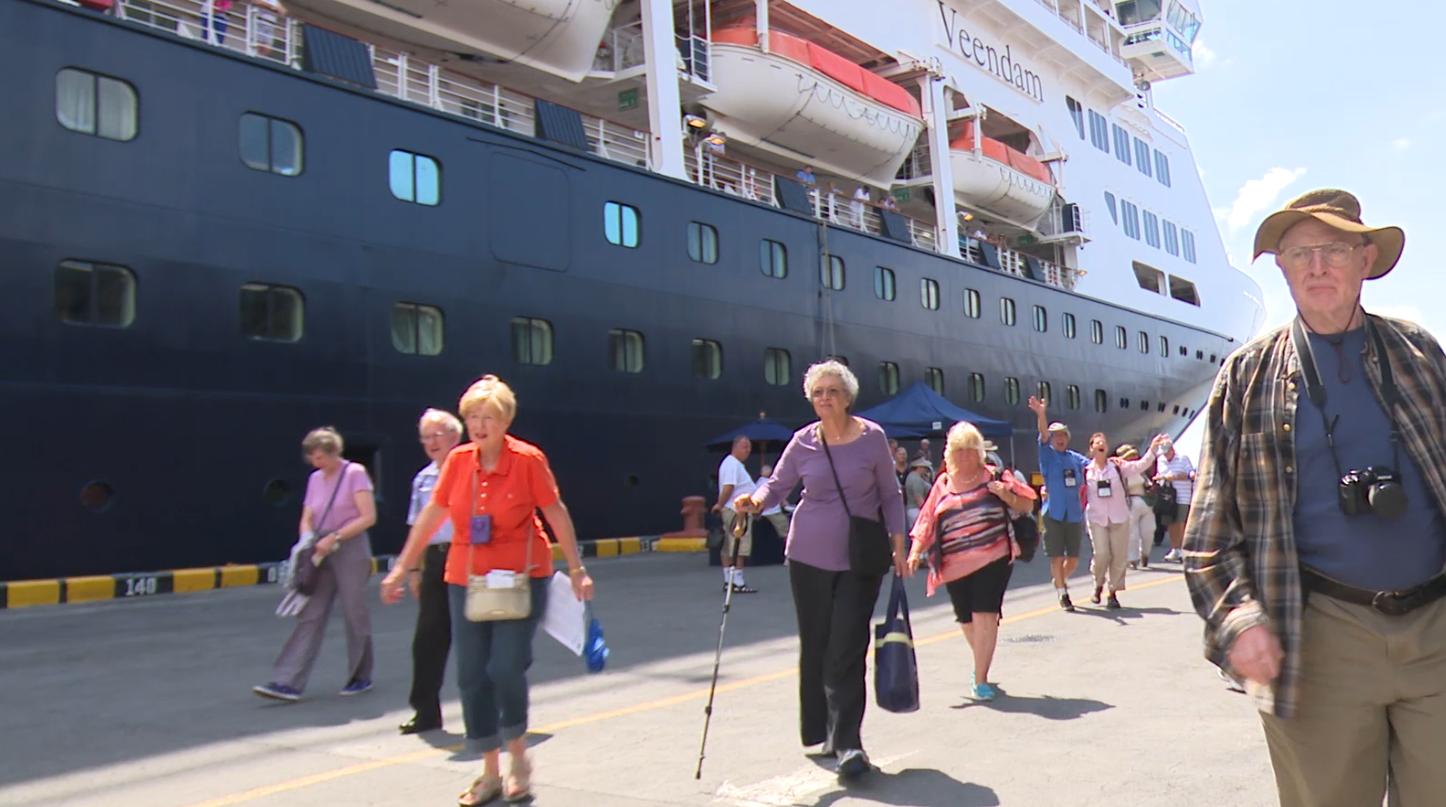 El primer crucero de la temporada el Veendam, de la empresa naviera Holland América atracó este miércoles en el puerto de Corinto,