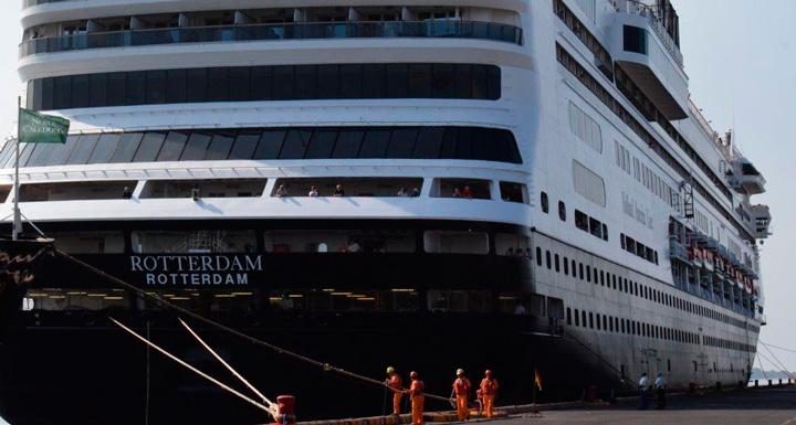 Dos cruceros atracan en el puerto de Corinto