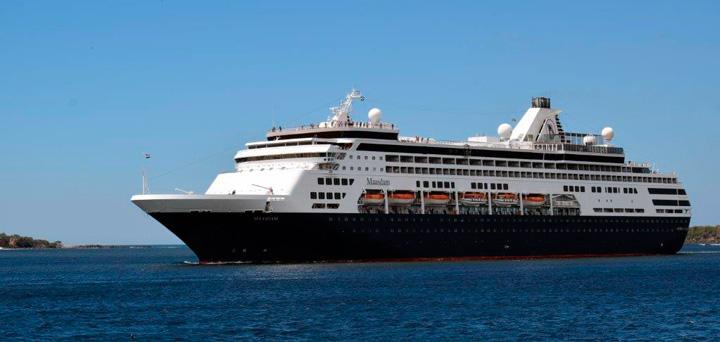 Atraca en Corinto vigésimo-noveno crucero de la temporada 2016 - 2017